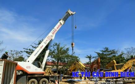 Xe cẩu bốc dỡ hàng hóa tại Quảng Ngãi